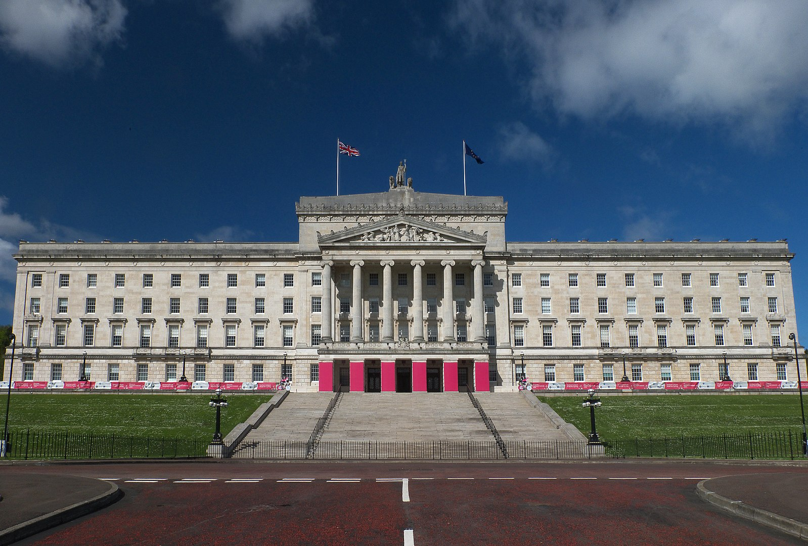 1598px-Stormont_Parliament_Buildings_during_Giro_d'Italia,_May_2014(6)